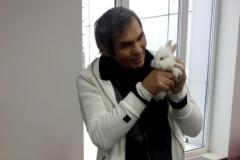 Бари Алибасов с крольчонком